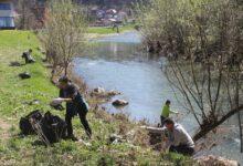 Photo of Aktivisti Centra Dr. Stjepan Bolkay i građani Olova u koritu rijeke Krivaje prikupili 73 vreće smeća