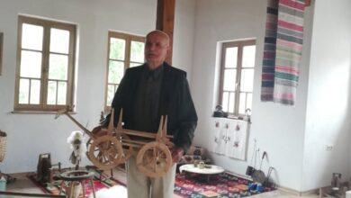 Photo of Rašid Bjelić Zavičajnom muzeju Olovo poklonio svoj ručni rad