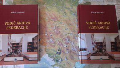 """Photo of Gradskoj biblioteci Olovo Admir Hadrović poklonio """"Vodič Arhiva Federacije"""""""