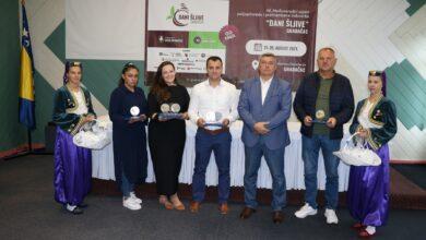 """Photo of Dodijeljne medalje za kvalitet izloženih proizvoda  na 48. Međunarodnom sajmu poljoprivrede i prehrambene industrije """"Dani šljive"""" u Gradačcu"""